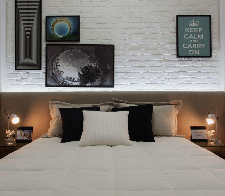 Parede de tijolos pintados de branco sob a cama.                                                                                                                                                                                 Mais