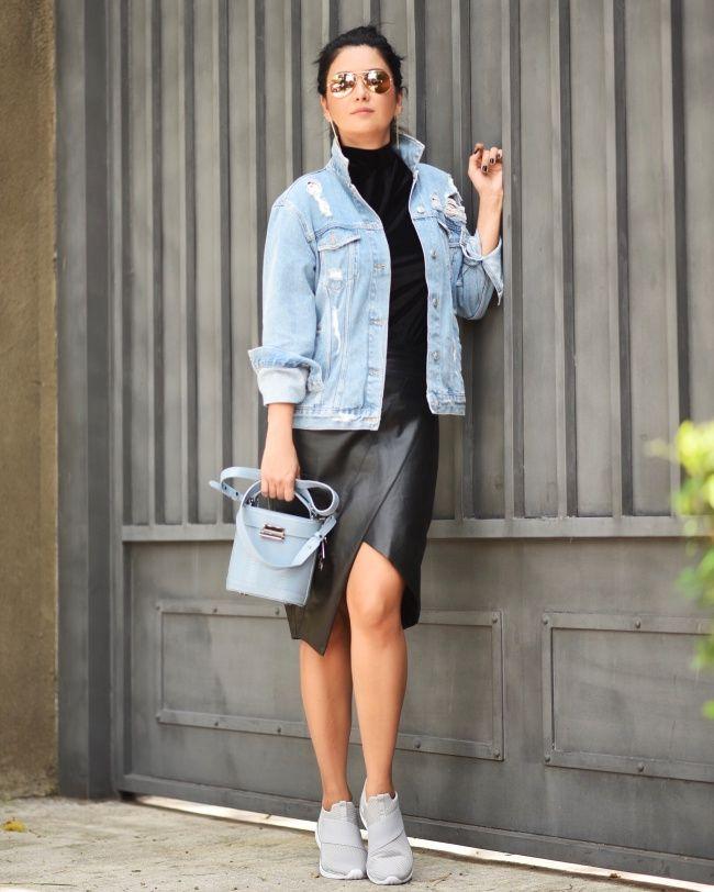 Look dia da Constanza Fernandez: estilo do total black e do jeans, com uma mistura de texturas que deu certo: veludo na blusa, couro na saia e jeans na jaqueta. Nos pés, o modelo Divine da linha Classicos da Olympikus!