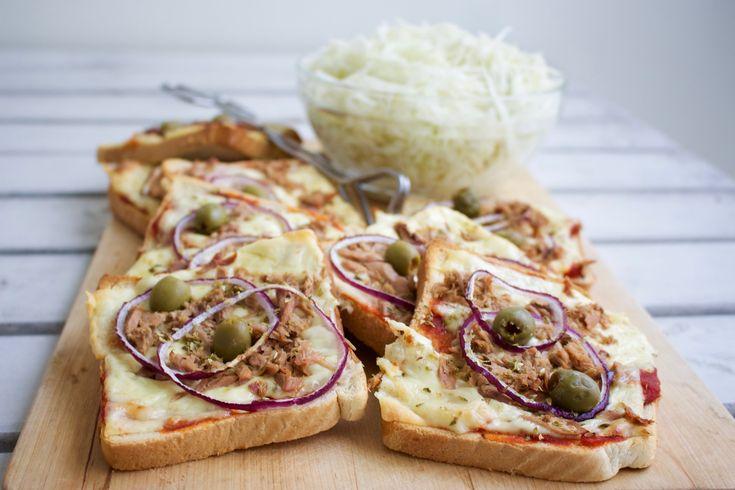 Pizzamackor är allas favoriter! Varma mackor deluxe. Snabblagad och god mat när den är som bäst. Gott som vardagsmat, till fredagsmyset eller varför inte duka upp en stor buffé med pizzamackor nästa gång du får gäster eller har kalas? Pizzamacka gjord på formfranska. Tomatsås eller ketchup Riven ost eller ostskivor Valfri topping som: Tonfisk, salami, räkor, oliver, lök, ananas osv TIPS! Du kan variera toppingen i det oändliga. Med allt från rester från gårdagens tacos, kyckling eller något…
