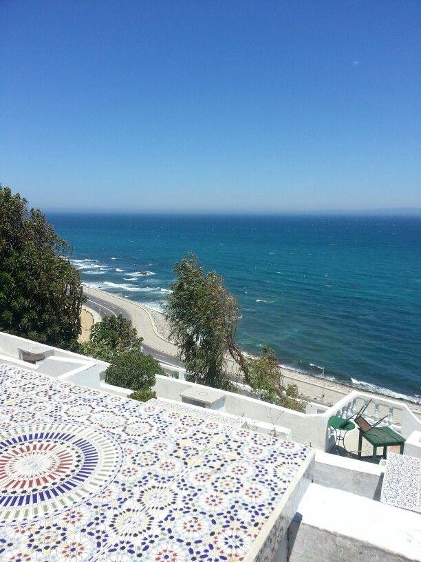 tangier est située sur la côte atlantique du maroc, donc il y a beaucoup de belles plages de style méditerranéenne