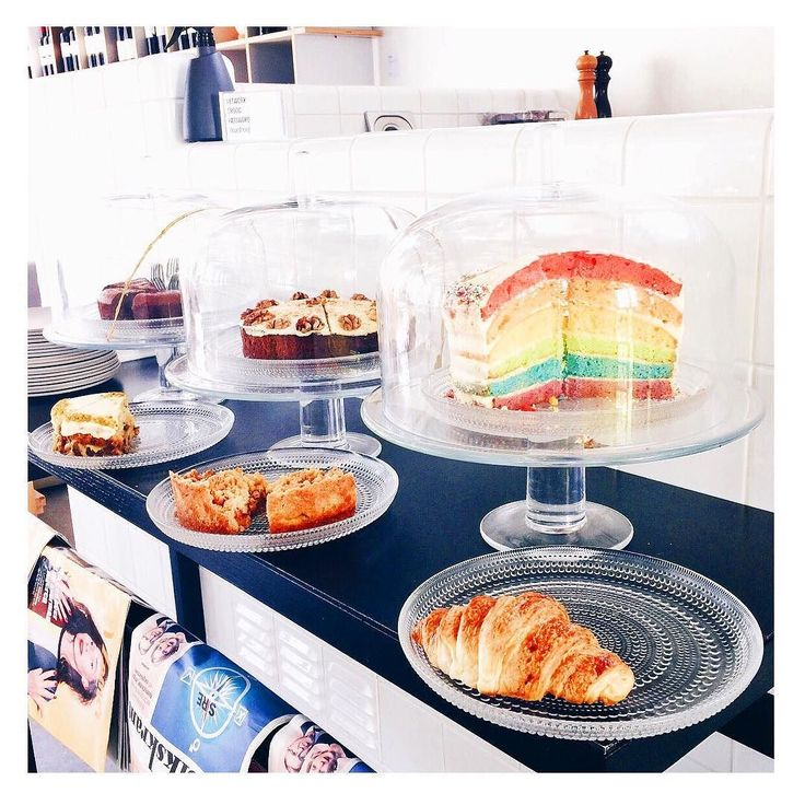 Voor iedereen die een zware dag heeft: hier een plaatje van verse croissantjes en unicorn taart.   #okdoei