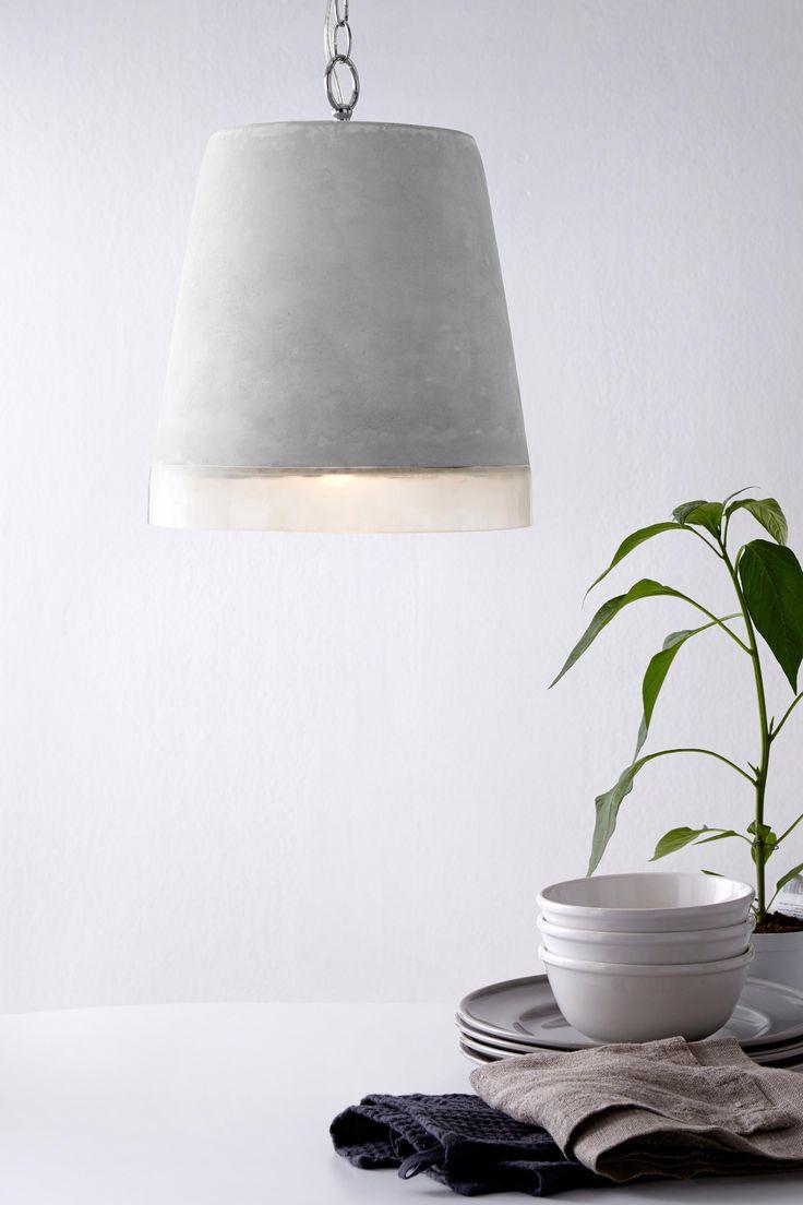 Trendy loftlampe i cement og transparent akrylplast som giver et varmt, nedadrettet skær. Ø 29 cm. Højde 29 cm. Transparent snoet ledning 4 m og metalkæde 1,2 m. Loftstik. Stor sokkel. Vægt 4,9 kg. OBS! Nogle loftlamper/pendler leveres med svensk loftstiksom ikke kan benyttes i Danmark. Stikket klippes af og ledningen tilsluttes direkte i roset (lampeudtag) eller monteres med lampestikprop. Alle vores lamper er CE-godkendte.