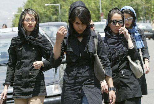 Femmes iraniennes en mânto (porté ceintré et de plus en plus court) et roussari porté très en arrière et qui laisse voir et passer les cheveux.