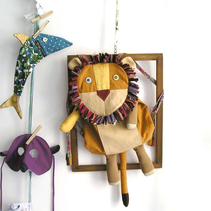 A spasso col leone amico - zainetto leone - lion backpack by la Gagiandra https://www.etsy.com/it/shop/LaGagiandra