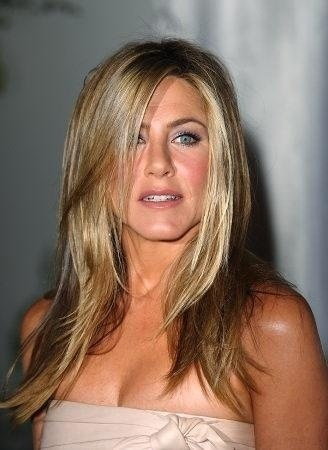 Jennifer Anniston honey blonde hair - love! That's it, I'm doing it! But a little shorter...