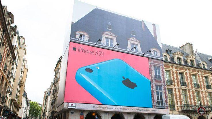La publicité Apple devrait être retirée mercredi. ©Clément Mahoudeau pour Le Figaro (06/05/2044) L'hôtel particulier de LAFFEMAS, place des Vosges, va devoir se séparer de la publicité Apple qui le recouvre. Des plaintes des riverains ont eu raison du géant de l'informatique. Apple a perdu la bataille. La ministre de la Culture Aurelie Filippetti vient d'ordonner la suppression de la bâche publicitaire de la marque. La publicité géante de 110m2 devrait être démontée mercredi.
