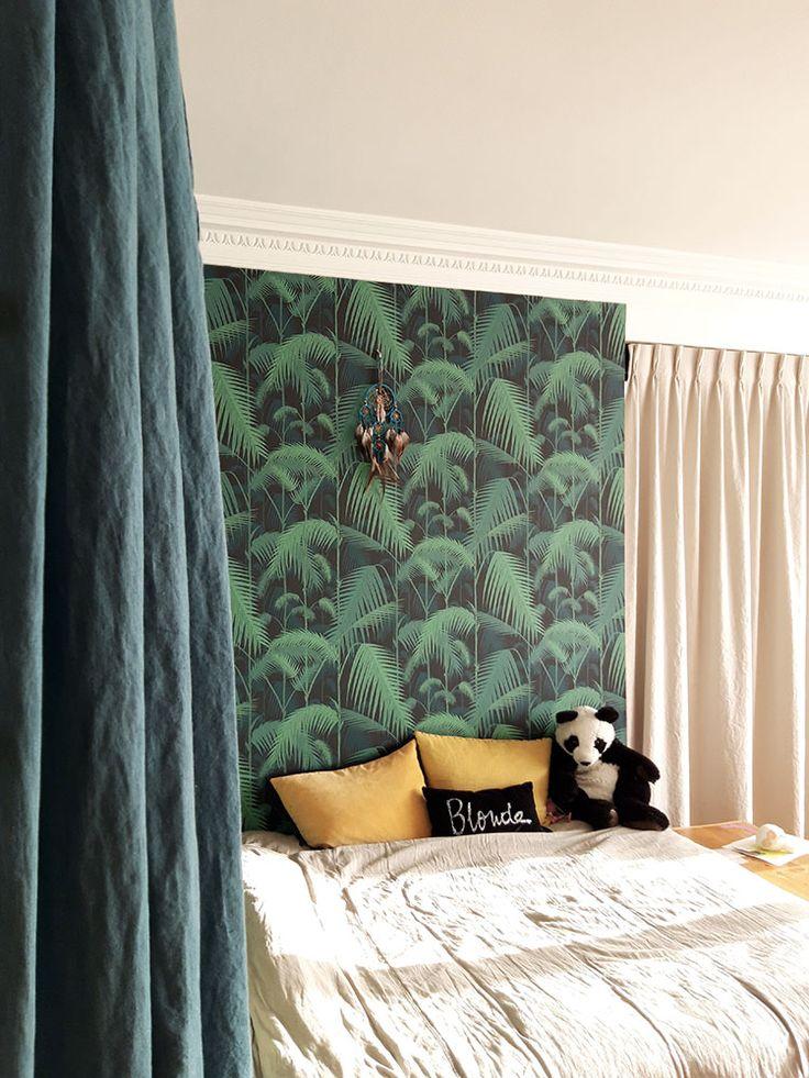 Papier peint tropical Palm Jungle de Cole and Son dans une chambre en tête de l…
