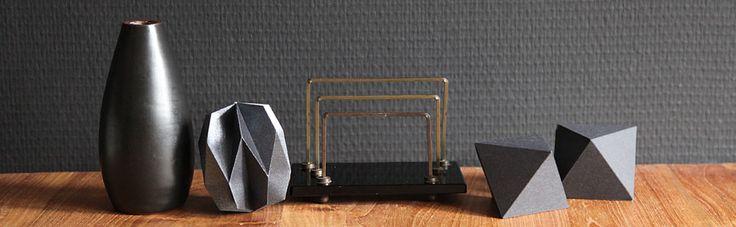 Black and paper shapes #paper #paperart #papier #vorm #3d #geometrisch #kerst #kerstversiering #decoratie #wonen #hanger #papieren #vorm #bal #ornament #grijs #vaasje #aardewerk #brievenstandaard #vintage #black