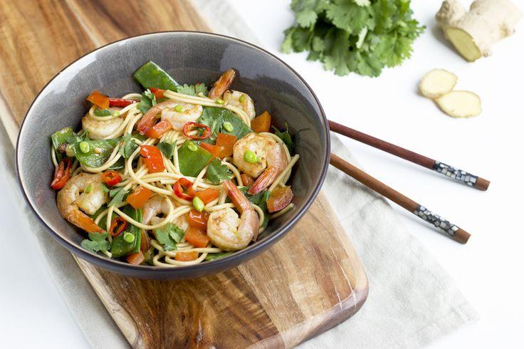 Lekker, gezond en vol van smaak... Met o.a. garnalen, limoen en peultjes is deze snelle Aziatische noodles een perfecte doordeweekse maaltijd.