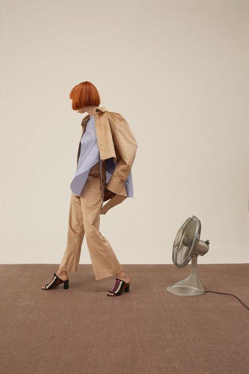 20 MINUTEN FRIDAY  LAID - BACK  bluse / ports 1961  styling / jennifer tschugmell  fotos / sara merz