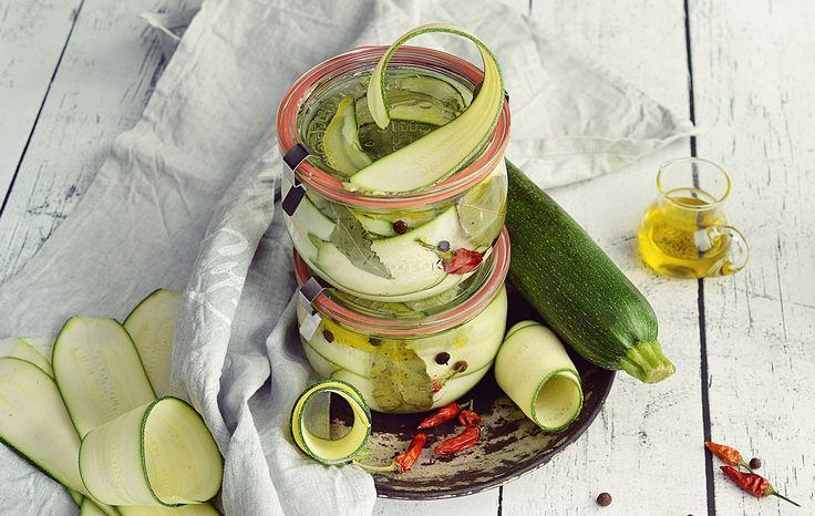 Marynowana cukinia z chili – dobrze zawekowane warzywa w słoikach WECK 580 ml. Składniki na dwa słoiki WECK #744: 3 cukinie 2 szklanki…