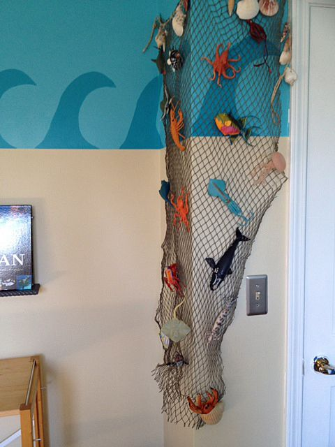 Using a fishing net to display sea toys - brilliant!