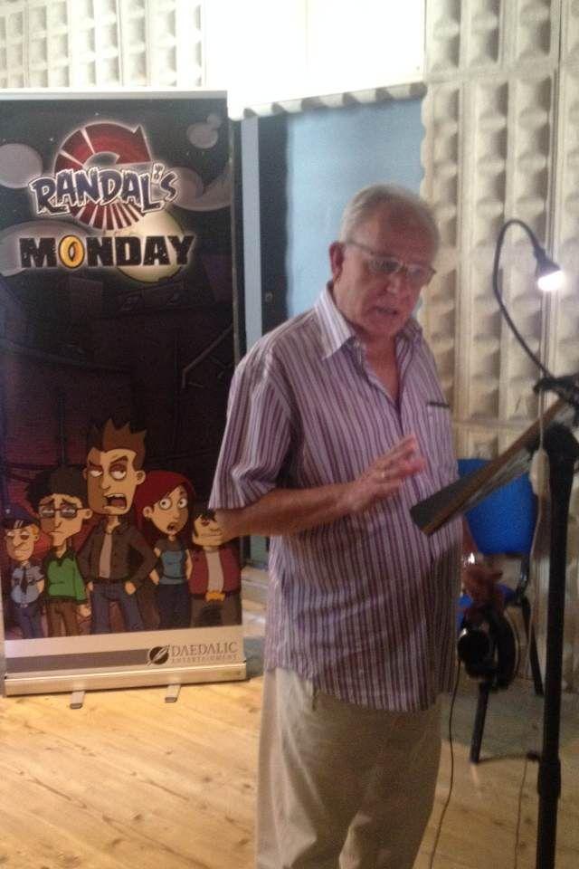 Roberto Cuenca Sr., voz de Danny DeVito o el alcalde Adam West en Padre de Familia, interpreta a Brooks en Randal's Monday.
