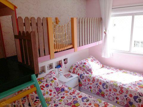 """Para acomodar duas meninas, uma de 6 anos e outra, de 3, a designer de interiores Ana Farias teve uma ideia ousada: projetar uma casinha e uma escada para brincadeiras. Os móveis foram montados em um painel de MDF removível. """"Futuramente quando as meninas não mais brincarem de casinha, este painel secundário será retirado junto com a casinha e a escada. As camas serão posicionadas no centro do espaço"""", explica a profissional. O projeto de 8 m² foi feito São Bernardo do Campo (SP)."""
