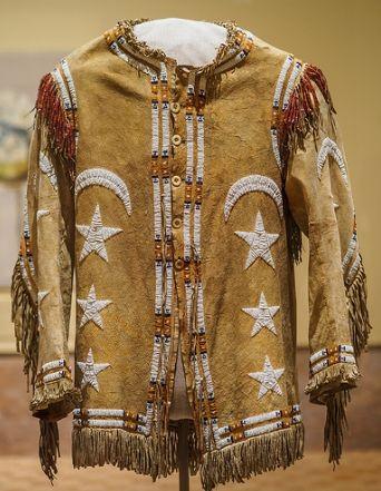 """Kuzeydoğu Nebraska'da yaşayan """"Omaha"""" adlı yerlilerden kalma eski bir giysi. Deri, ipek, boncuk ve kemiklerden yapılmış olan bu giysi Ay yıldız ile bezenmiş. Dakota diline çok yak…"""