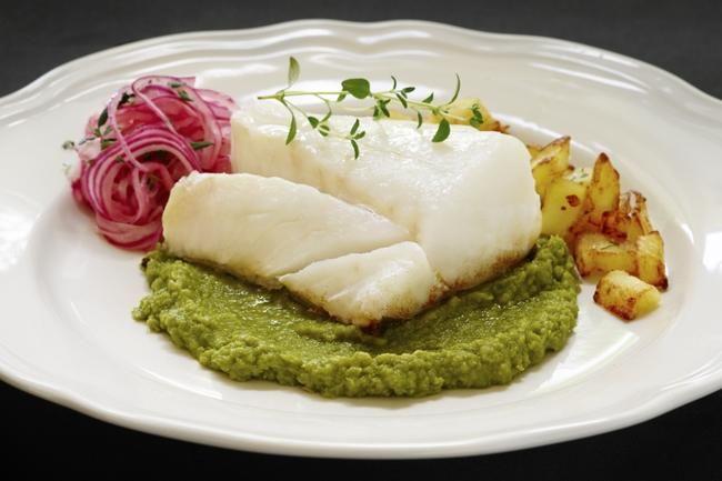 Torsk med ertepuré og sprø potetterninger  Vi er heldige som har så god tilgang på torsk i dette landet! Kjenn hvordan sødmen i tilbehøret b...