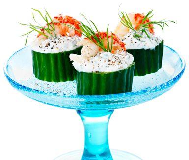 Grönsaksdipp i tilltuggstappning! Gurkbitar fylls här med dippmix. Välj den smak du gillar bäst, t ex dill och gräslök. Kräftstjärtar kan bytas mot räkor eller kallrökt lax.