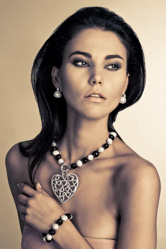 Collar y pulsera de perlas cultivadas y ágata natural con cierre de plata rodiada con circonitas; colgante de plata rodiada con circonitas; pendientes de plata con perlas cultivadas y de ágata