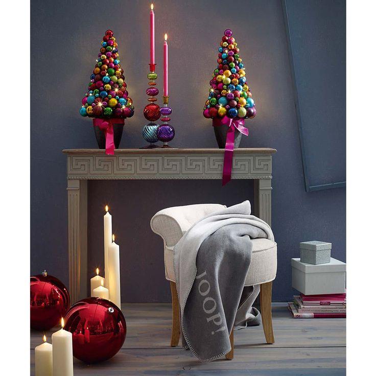 weihnachtsbaum aus verschiedenfarbigen kugeln und 20. Black Bedroom Furniture Sets. Home Design Ideas