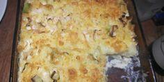 Kartofler og porrer er altid en vellykket kombination - også i denne milde kartoffelgratin med smeltet ost på toppen.