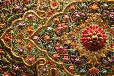 Zardozi – a style of embroidery, popular in India and Pakistan, which had existed since the time of the Rig Veda, but the heyday of this style – the era of Mughal Emperor Akbar and the board …This embroidery began to decorate clothing, weapons, walls, the imperial apartments, bedspread for horses and elephants, etc.Literally translated from Farsi as gold embroidery …