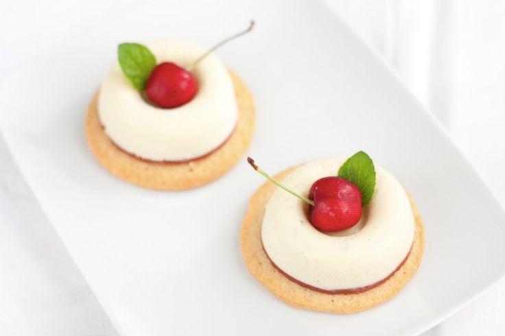 Bavarese al cioccolato bianco, gelée alla ciliegia e sablé al cocco