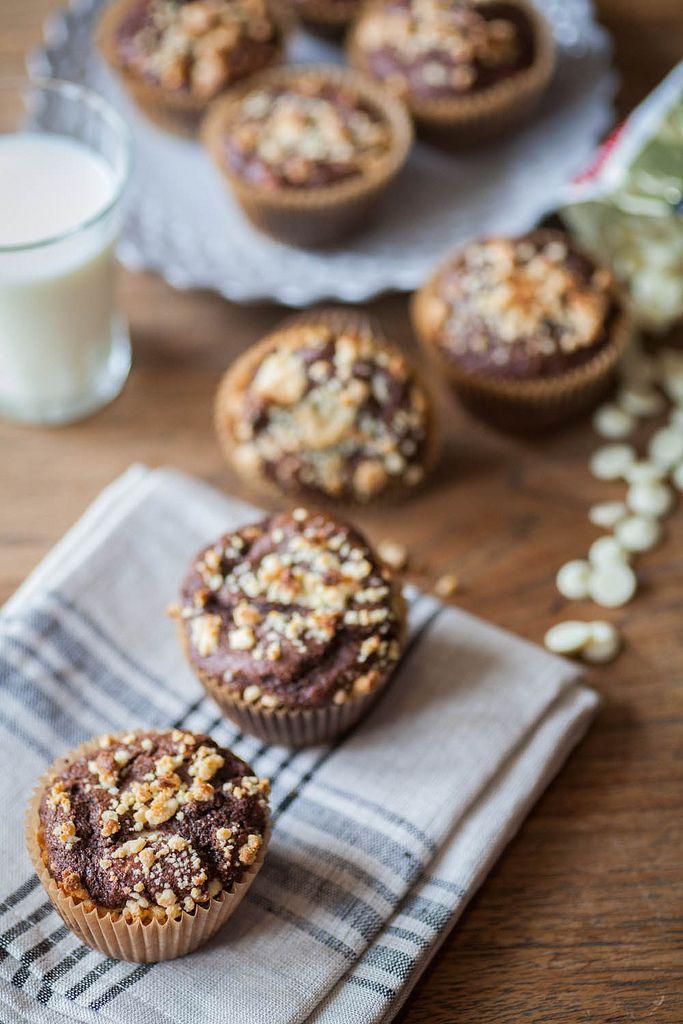 Muffin de chocolate molhadinho, polvilhado com migalhas de leite e chocolate branco caseiros