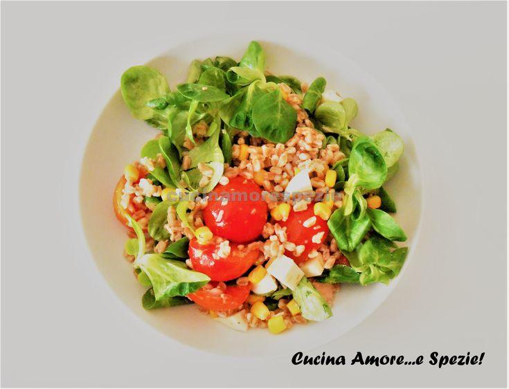 Il farro alla crudaiola è un primo piatto light fresco e gustoso che presenta notevoli benefici date le sue ottime proprietà nutritive e le poche calorie.