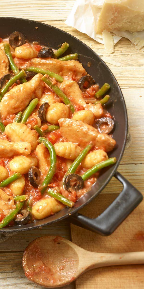Eine köstliche Kombination: Gnocchi mit Hähnchen, grünen Bohnen, Oliven und einer feinen Rosmarin-Note.