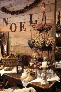 Si vous avez envie d'authenticité, de matières naturelles et chaleureuses, préparez un Noël rustique où le bois, les pommes de pin, les toiles de jute et a