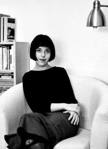 Nació en Madrid, en 1971. Es autora de los libros de relatos El mes más cruel y Viajes inocentes, de las novelas Las hijas de Sara y El hombre de espaldas, y de los poemarios Mente animal y La hija del cazador. En la actualidad es traductora del inglés y trabaja en el sector editorial.