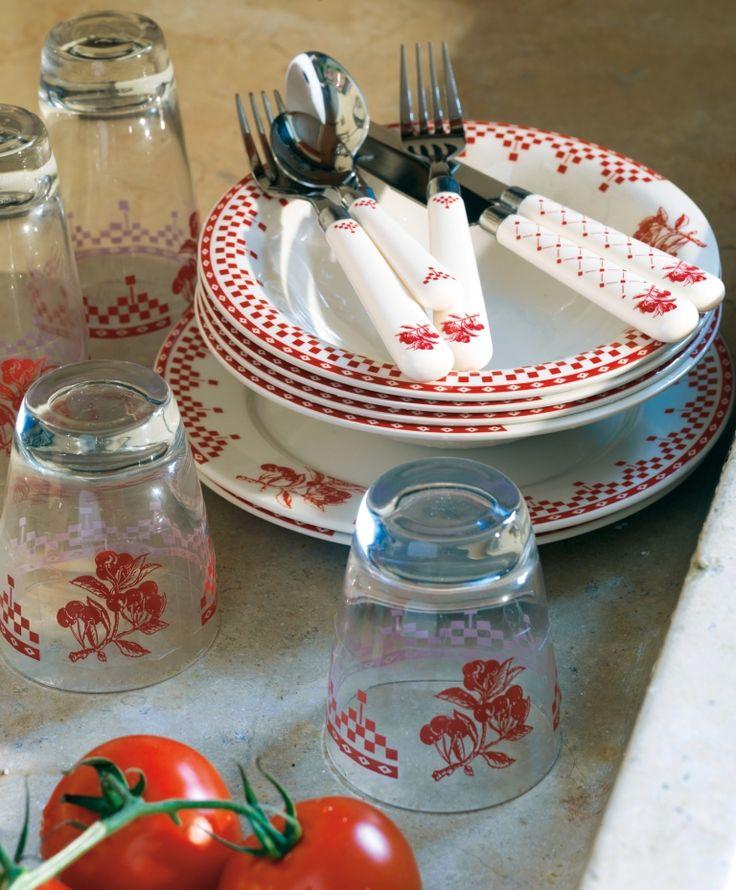 Dessin emblématique de la marque Comptoir de Famille, le Damier rouge se décline sur les verres et les couverts cette saison.
