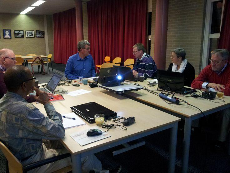 Deelnemers aan de GPS-cursus in de bibliotheek leren kaarten downloaden en installeren en routes tekenen. 14 april 2015
