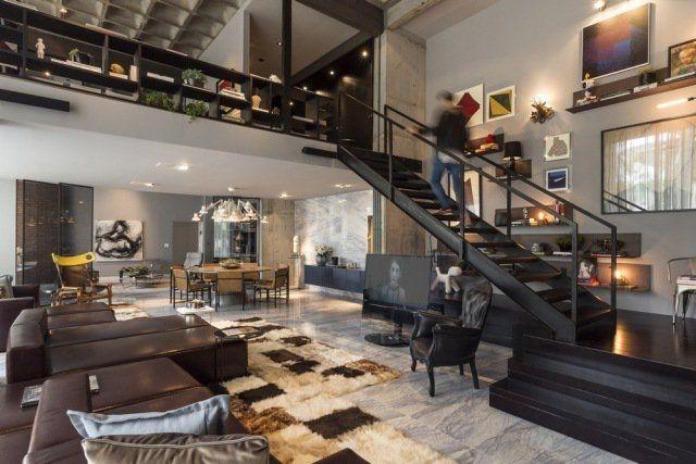 loft de luxe aux accents noirs et gris,tapis damier et canapé en cuir