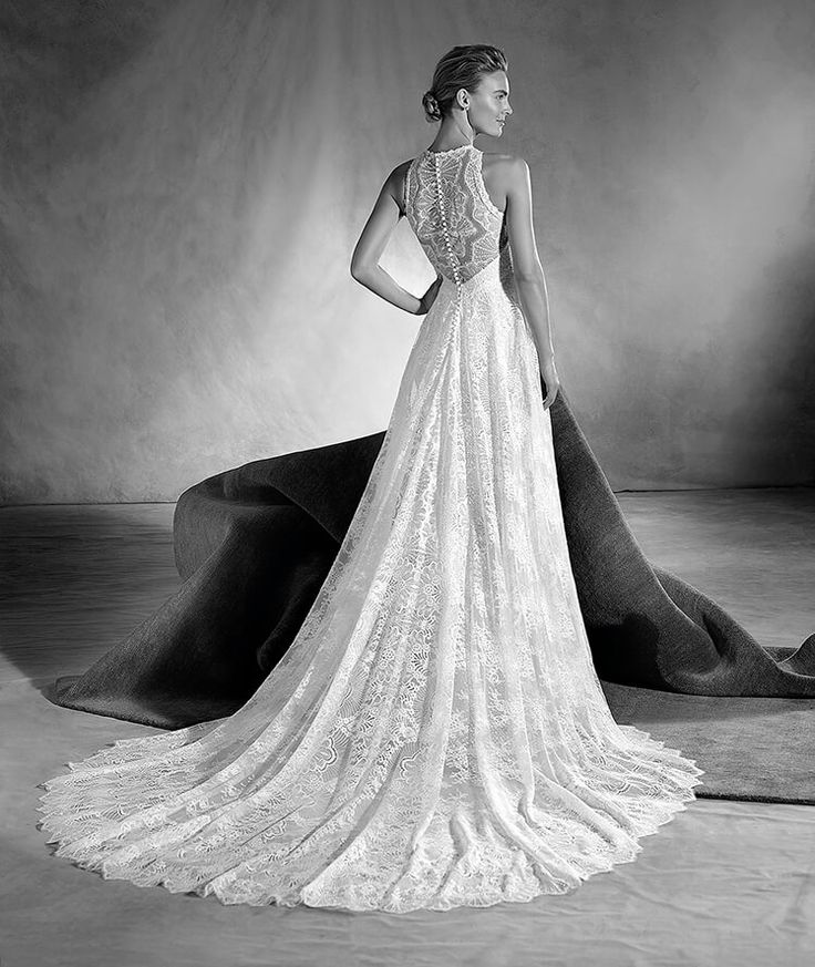 ELIDETH - An exuberant wedding dress with a delicate A-line silhouette. A work of craftsmanship in the entire design, made of guipure, tulle and lace. The neckline is especially remarkable, where the craftsmanship of this spectacular design can be truly appreciated.