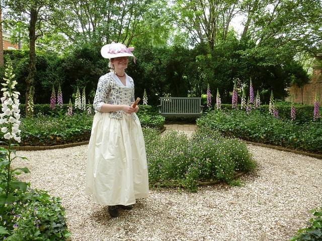 Colonial williamsburg by fashionable frolick via flickr for Garden design 18th century