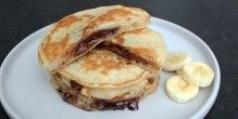 Suveræne amerikanske pandekager med fyld af Nutella og banan i skiver.