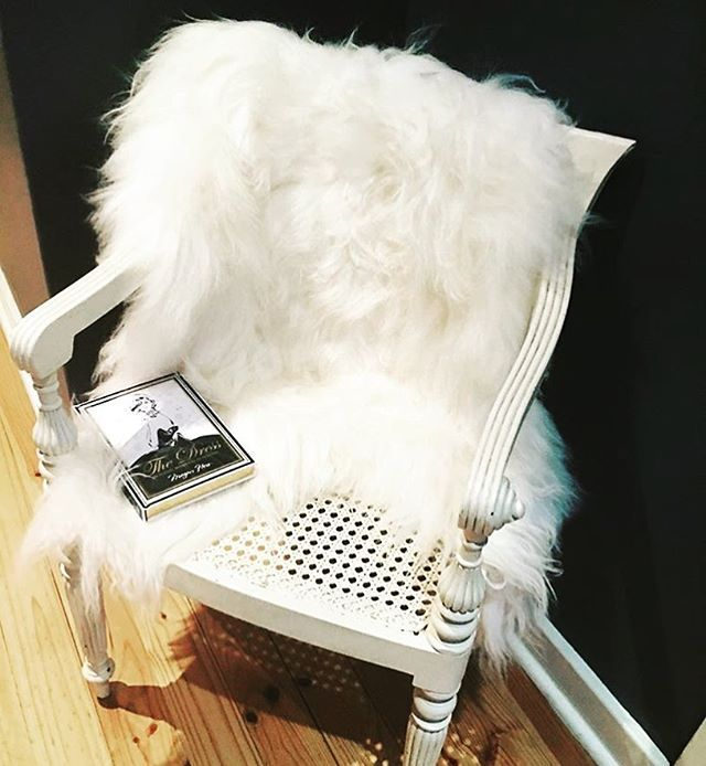 Love starting the day with beautiful pics from our customers homes... The Icelandic sheepskin warming up this chair - we have just one left so if you're wanting one, be quick! #icelandicsheepskin #whitehomeboutique #everydayluxury #shoponline #whbyourstyle