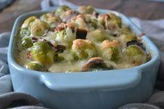 Spruitjes uit de oven met spekjes en champignons – Deze hartige ovenschotel met spruitjes is verrukkelijk! De combinatie van de spruitjes met hartige spekjes en champignons is erg lekker, zo leert