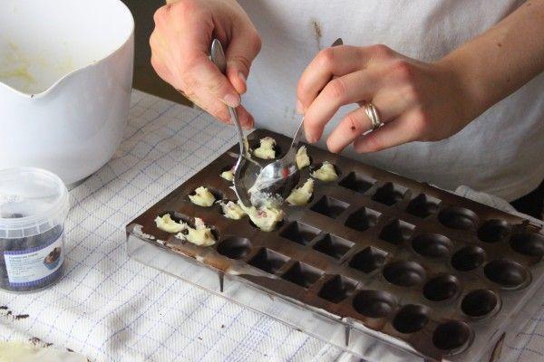 Fyldte chokolader med hvid chokolade og frysetørrede hindbær