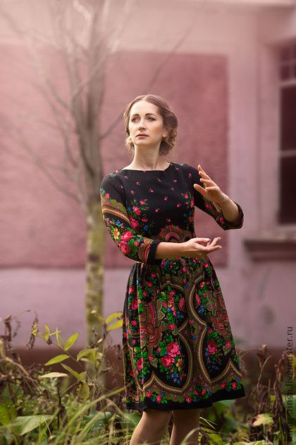 Платье `Ночная фантазия`. Платье сшито из Павловопосадского платка 'Счастливица', рукав четверть, молния сзади. Отдельный поясок .  В таком платье Вы сможете пойти на премьеру в театр, на концерт, на презентацию книги модного писателя, на…