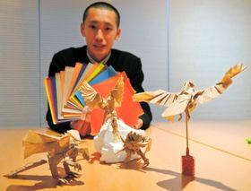 「折り紙名人」と称される鹿嶋洋邦さんと作品 神戸国際おりがみ教室は、毎月第4日曜午前10時から、県民会館(中央区下山手通4、TEL078・321・2131)で教室を開いている。また、創作折り紙作家神谷哲史さんの作品集(4320円、おりがみはうすTEL03・5684・6040)は、恐竜やペガサスなどの折り図付きで、奥深い折り紙の世界を味わえる。変わり種折り紙としては、「おりがみくるくる回転寿司」「ヒコーキおりがみ」(いずれもトーヨーTEL03・3882・8161)もある。