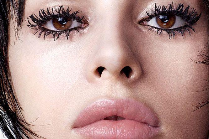 """Talvez você já tenha ouvido de maquiadores profissionais algumas vezes que cílios carregados de máscara é algo que deve ficar na lista de """"não faça"""". Mas essa prática, até pouco tempo não lá muito querida dos maquiadores, virou uma das grandes tendências de beleza de 2015. Se você é do time que sempre adorou a …"""