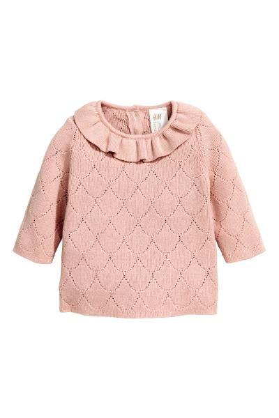 ファインニットセーター: BABY EXCLUSIVE/CONSCIOUS。ポインテル編みのファインニットセーター。ソフトなオーガニックコットンを使用。ネックラインにフリルのトリムをあしらったデザイン。首の後ろにボタン付き。