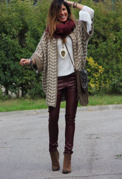 We see the infinity scarf repeated, on top of a casual sweater. A very western feeing in this outfit with the sweater and bag.