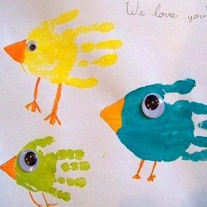 Les empreintes de main sont les projets manuels préférés des tout-petits. Les enfants peuvent créer beaucoup de dessins amusants en utilisant simplement leurs mains. Ce genre d'activité manuelle permet de graver à jamais l'empreinte de main des enfants (doux souvenir) et peut faire de très beaux cadeaux pour la fête ...