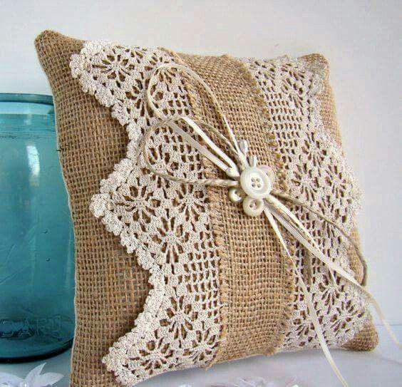 Almofada de pano de saco e crochê