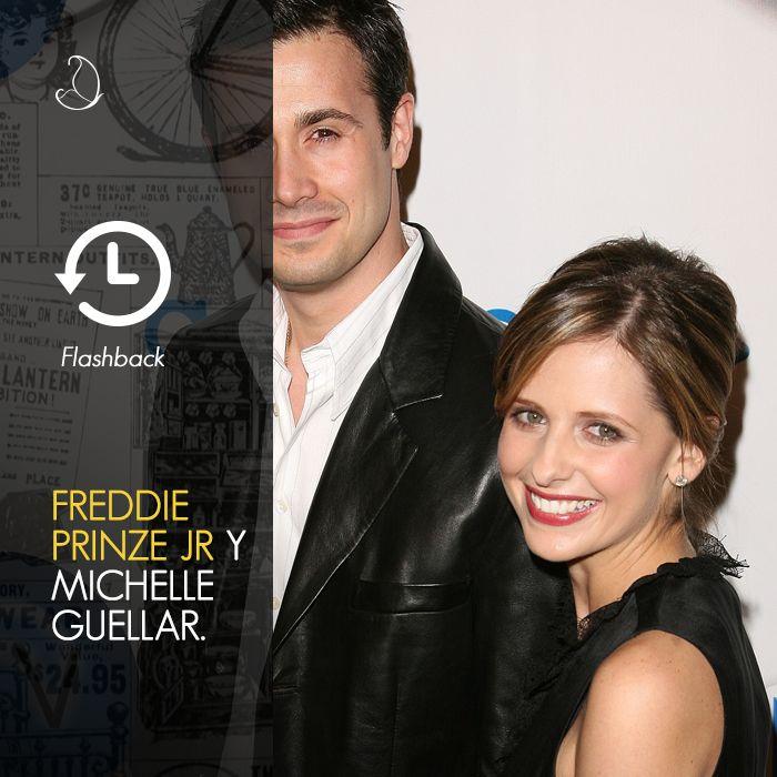 """Sarah Michelle Gellar y Freddie Prinze Jr se conocieron en 1997 en el set de """"Sé lo que hicieron el verano pasado"""". Pero no fue amor a primera vista; tardaron tres años en comenzar a salir, ahora llevan 14 años de casados y dos hermosos hijos . #ParejadeFamosos"""