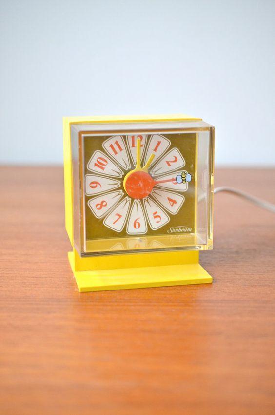Decorative Bedroom Alarm Clocks: Vintage Daisy Flower Alarm Clock With Bumble Bee Second