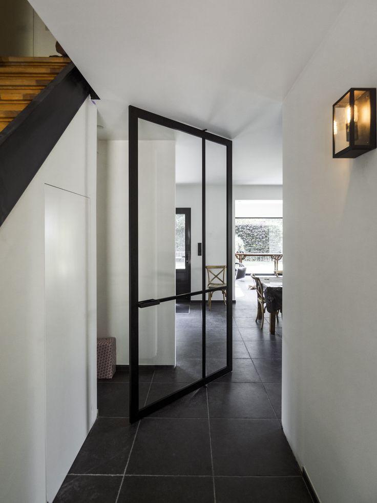 Stalen taatsdeur zonder kozijn van ANYWAYdoors. Onze deuren worden op maat gemaakt met zwart geanodiseerd aluminium.